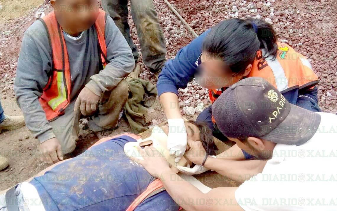 Albañiles Gay rescatan a albañil sepultado por alud de tierra, en xalapa